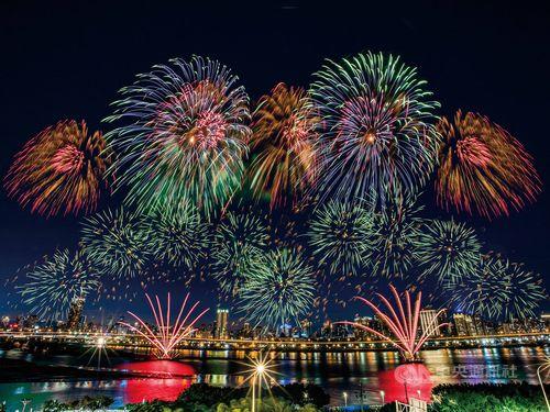 大稻埕の延平河浜公園の夜空を彩る花火=イメージ、台北市観光伝播局提供