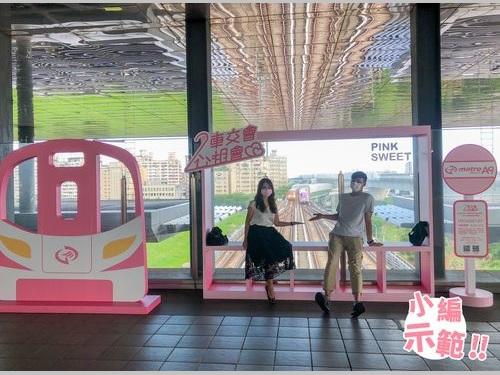 桃園メトロ空港線林口駅構内の撮影用パネル=同社のフェイスブックから