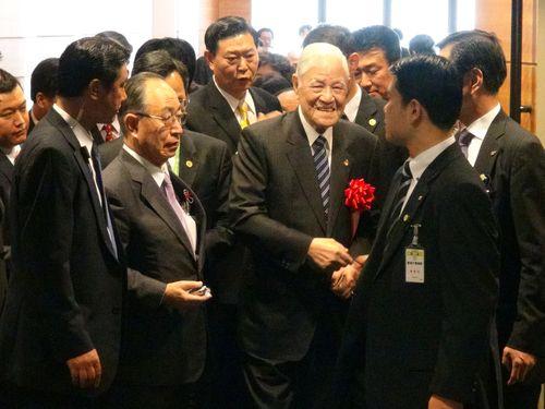 日本の国会議員らと談笑する李元総統=2015年7月22日、東京