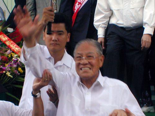 笑顔で手を振る李登輝氏=2001年9月、台南