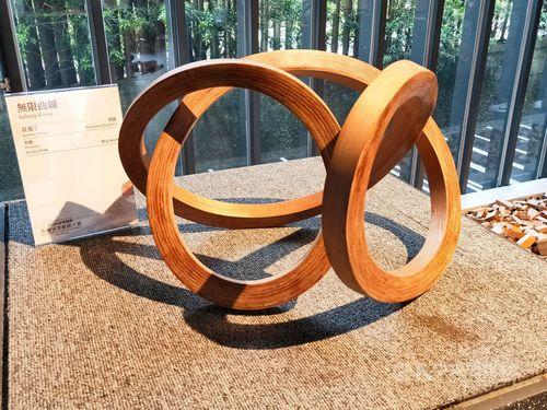 英国人芸術家、マーティン・バラットさんの作品「無限曲線」=苗栗県政府提供
