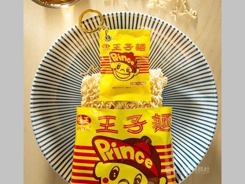 「王子麺」のパッケージ(下)を再現したイージーカード=悠遊卡公司提供