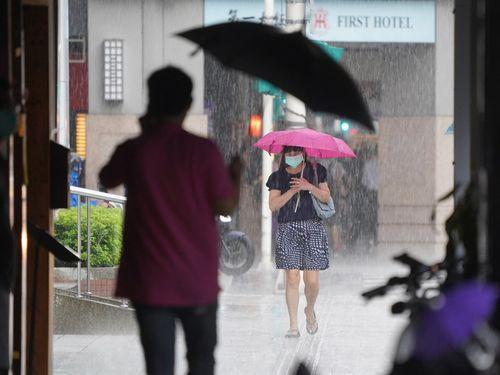 台風離れ、海上警報解除 周囲の雲影響、各地で雨に
