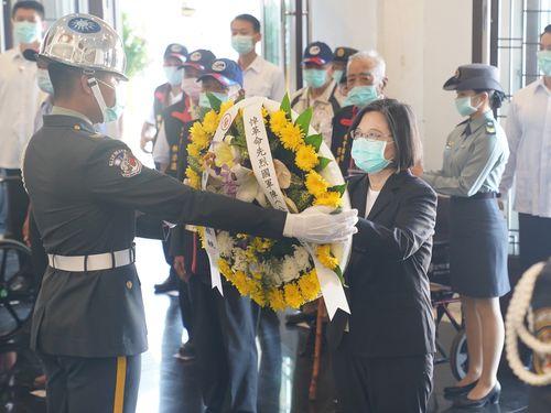 「金門砲戦」の追悼行事で献花する蔡英文総統(手前右)