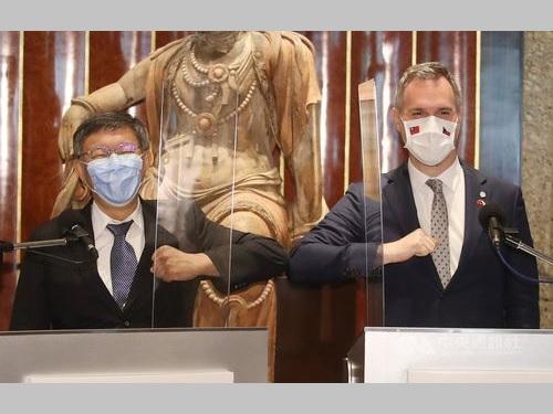 柯台北市長(左)とプラハのフジブ市長