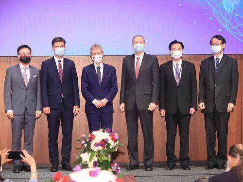 フォーラムに参加した(右から)日本台湾交流協会台北事務所の泉代表、呉外交部長、AIT台北事務所のクリステンセン所長、チェコのビストルチル上院議長、EUのGrzegorzewski代表、TAITRAの黄董事長