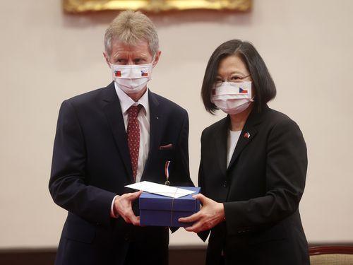 蔡総統(右)に宛てたクベラ前上院議長夫人の親書を手渡すビストルチル氏