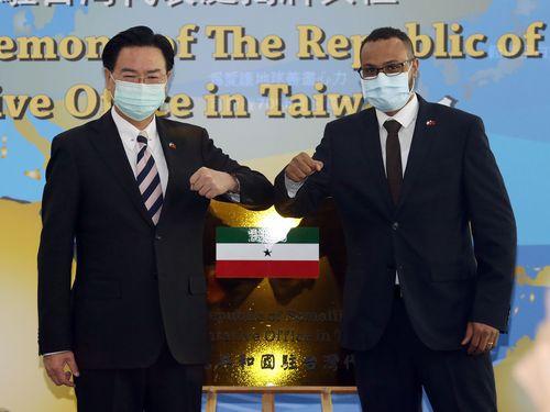 呉外相(左)とソマリランドのモハムド駐台代表