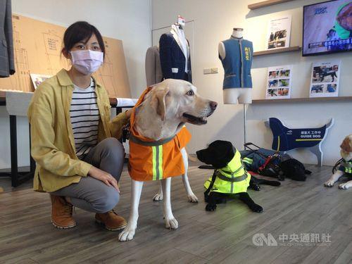 新しいレインコートを着た盲導犬