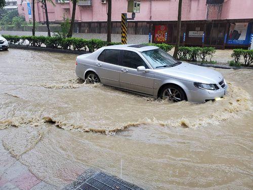 大雨で道路の冠水被害が出た基隆市=読者提供