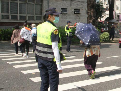 交差点での交通違反取り締まりに当たる警察官ら