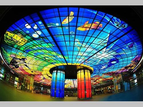 高雄メトロ美麗島駅構内に設置されているステンドグラス