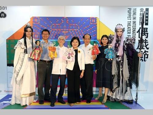記者会見に臨むポテヒの人間国宝、陳錫煌氏(左3)と張麗善雲林県長(中央)ら