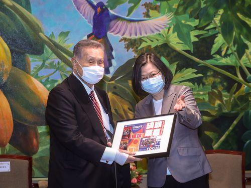 蔡総統(右)から台湾の東京五輪代表を応援する交通系ICカードを贈られる森元首相