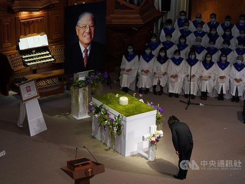 李元総統の遺影と遺骨に深く一礼する蔡総統