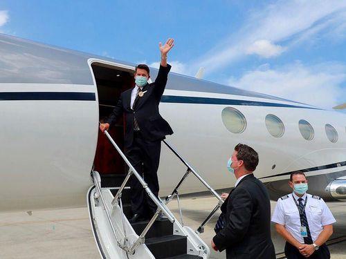 見送りに来た関係者に手を振るクラック米国務次官=外交部提供