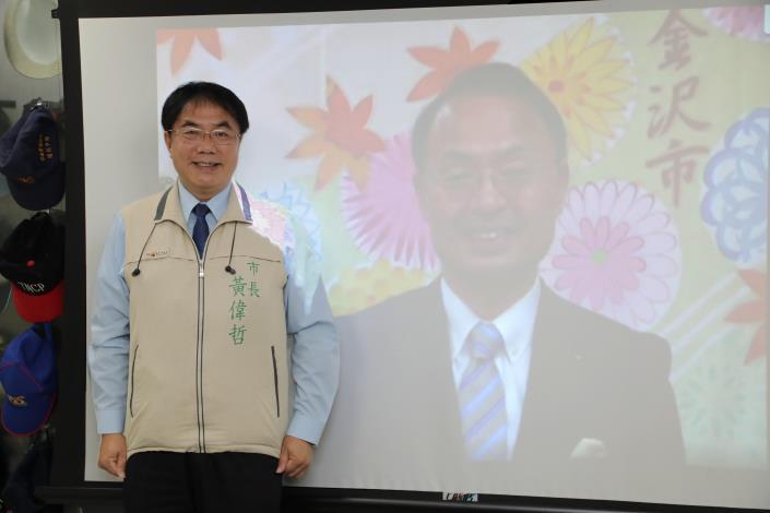 山野之義・金沢市長(右)とテレビ電話を行う黄偉哲・台南市長