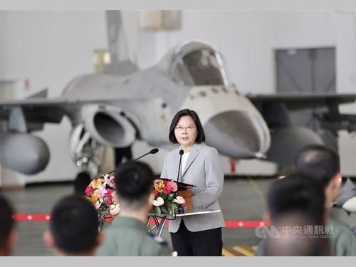 空軍基地を視察し兵士らを激励する蔡総統