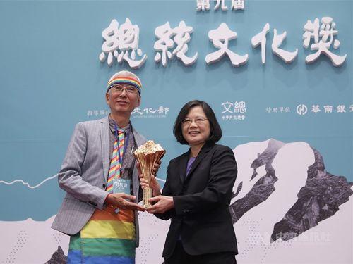 蔡英文総統(右)と祁家威氏。「総統文化賞」の授賞式で=2017年11月