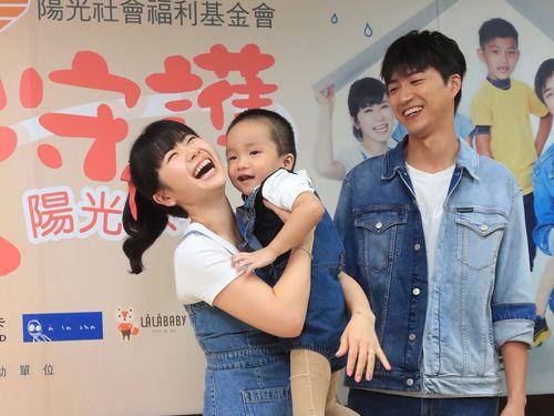顔に傷がある子供と交流する福原愛さん(左)と夫の江宏傑さん