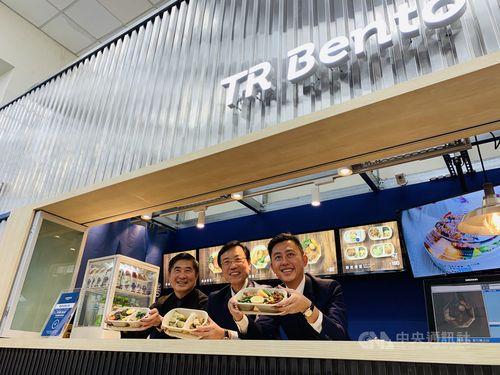 「台鉄便当TR Bento」1号店の開業を喜ぶ林智堅新竹市長(右)、張政源台鉄局長(中央)ら