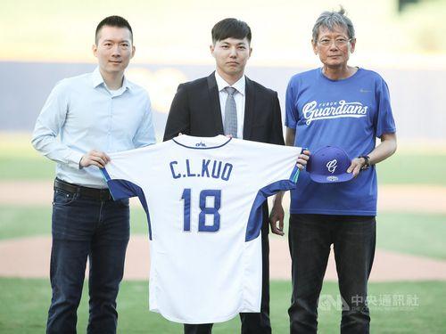 左からガーディアンズの蔡承儒GM、郭俊麟投手、郭泰源顧問