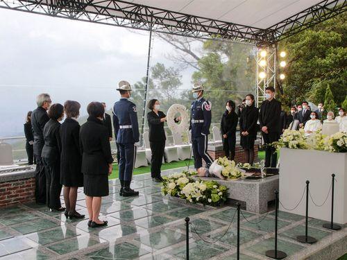 李元総統の墓前に献花する蔡総統=軍聞社提供