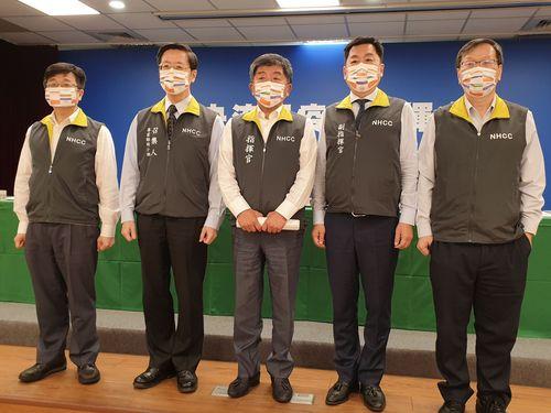 10月10日の双十国慶節(中華民国の建国記念日)を前に限定版マスクを着けて記者会見に臨む陳指揮官(中央)ら