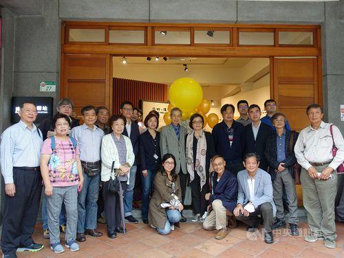記念館の開館を喜ぶ市文化局の関係者や蒋渭水の子孫ら