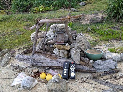 屏東県恆春の砂浜には岩礁と流木で作られた墓碑が置かれていた=念吉成さん提供