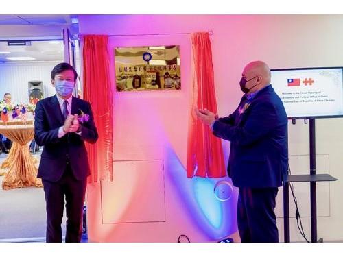 駐グアム台北経済文化弁事処の陳盈連処長(左)とグアムのジョシュ・テノリオ副知事=同処提供