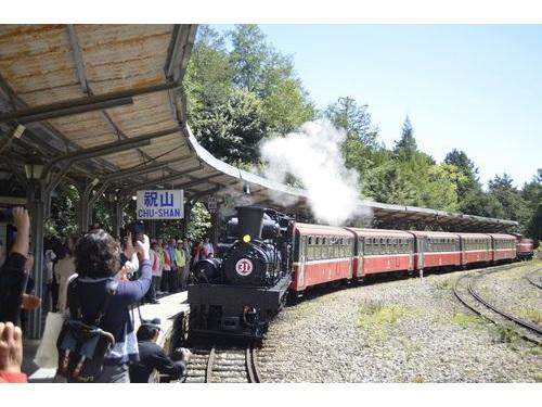 祝山駅改築前最後の列車として、同駅に滑り込む蒸気機関車SL-31