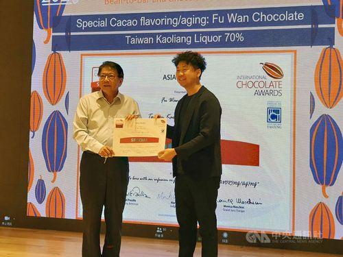潘孟安屏東県長(左)から賞状を受け取る「福湾チョコレート」の代表者