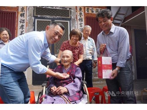 楊鎮浯金門県長(左手前)の訪問を受ける呂陳甜さん(中央手前)