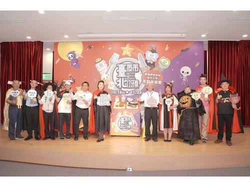 台北夜市打牙祭をPRする黄珊珊副市長(左から6人目)ら=台北市政府提供