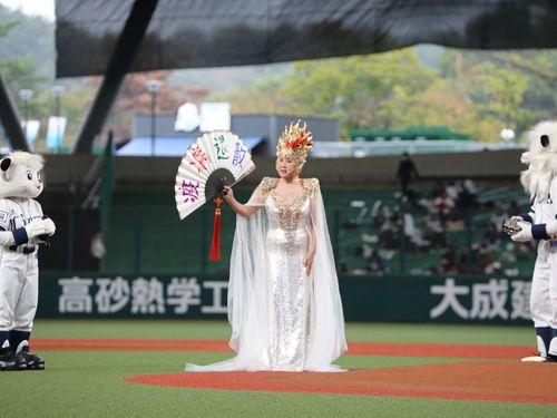 西武の台湾デー 「媽祖」小林幸子が始球式
