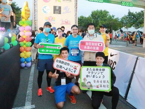 日本人駐在員らと記念撮影する黄偉哲・台南市長(後列右、マスク姿の人)=同市政府提供