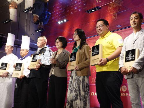受賞した飲食店の代表者らと李鎂商業司長(中央)