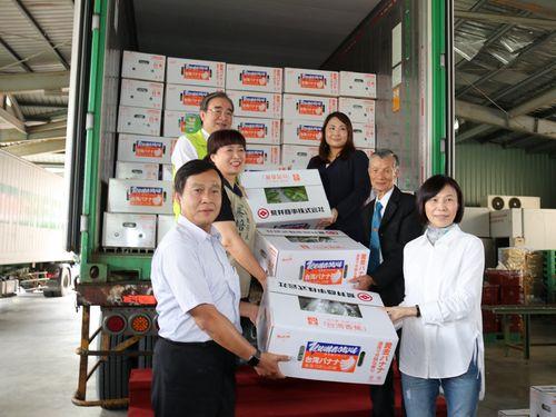 台湾バナナの対日輸出を喜ぶ農糧署関係者ら=同署提供