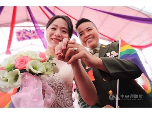 王翊少校(右)と妻の孟酉玫さん