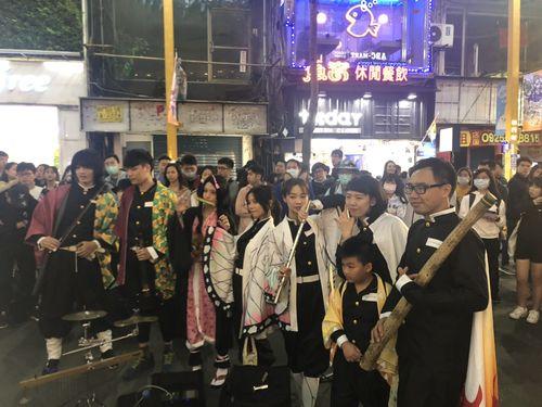 鬼滅の刃のコスプレ衣装に身を包んだ人々。台北市西門町で10月31日撮影。