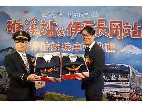 礁渓駅の蔡曜全駅長(左)と日本側代表の安田夏樹氏