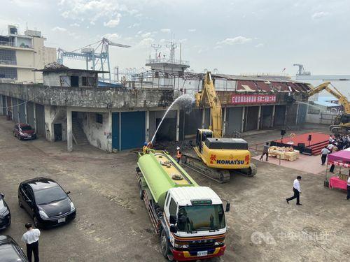 取り壊しの作業が始まった前鎮漁港の「漁具倉庫」