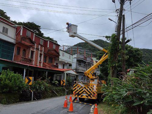 停電復旧に取り組む台湾電力の職員=南部・屏東県(同社提供)