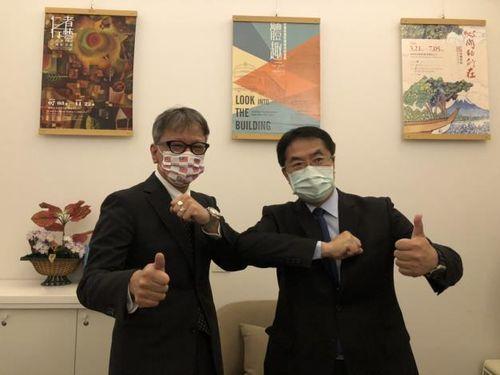 横地副代表(左)と面会した黄偉哲台南市長=同市提供