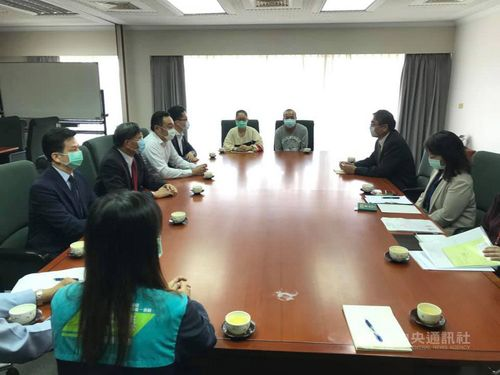 男児の日本での治療について協議する日台双方の関係者=行政院南部サービスセンター提供