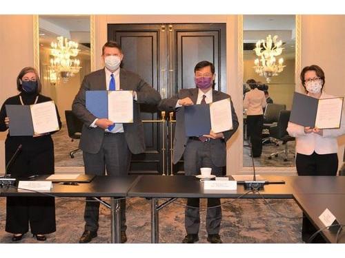 左からラーソンAIT執行理事、クラック米国務次官、陳経済部次長、蕭駐米代表=駐米代表処提供
