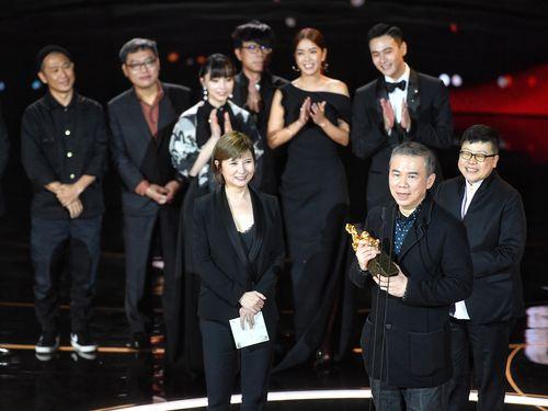 金馬奨で最多5部門を受賞した「消失的情人節」のスタッフら(手前右は陳玉勳監督)