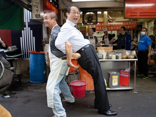 泉代表(右)と牛肉麺店の店主さん