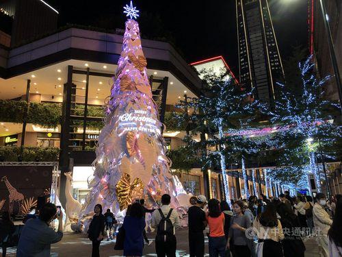 台北信義新天地の前に立つ高さ17メートルのクリスマスツリー